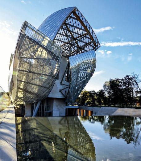 Frank Gehry'nin tasarladığı Fondation Louis Vuitton'un dış cephesi.