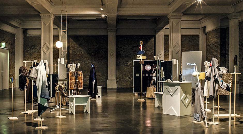 Max Mara'nın bu yılki sanat ödülünü alan Corin Sworn'un Whitechapel Gallery'deki solo sergisinde (2015) gösterilen Silent Sticks enstalasyonu.