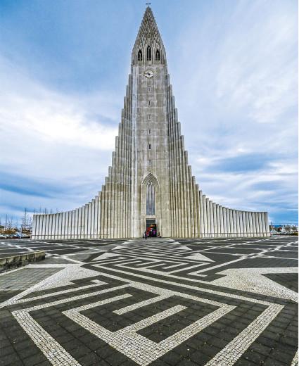 Şehrin en yüksek yapısı 73 metre yüksekliğinde Lüteryan kilisesi olan Hallgrímskirkja.
