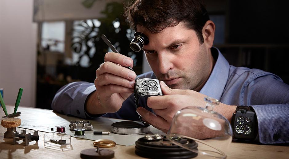 """Felix Baumgartner, Urwerk EMC Pistol ile Hong Kong'ta """"Yılın Usta Saatçisi"""" Ödülüne layık görüldü."""