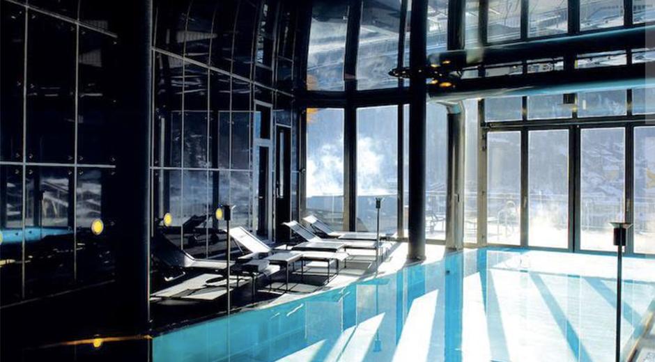 Şık havuzu, Zermatt manzarasının tadını çıkarmanıza imkan sağlıyor.