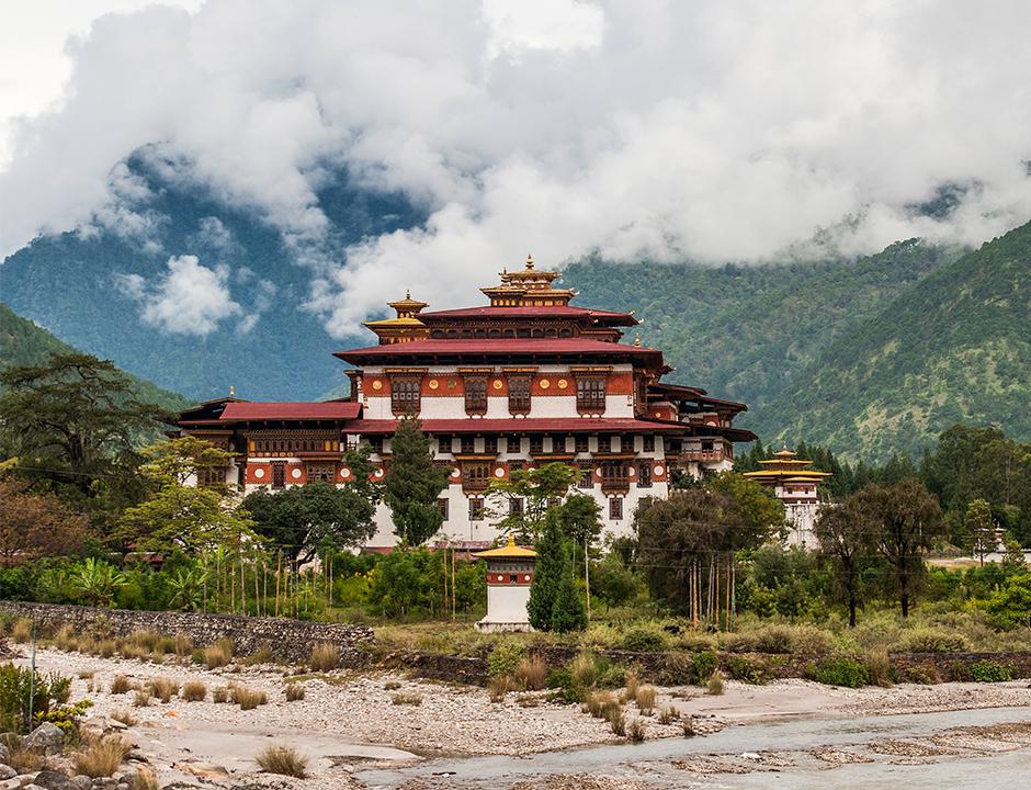 Punakha Dzong ülkenin en eski kalelerinden biri ve genç budistlerin eğitimi için kullanılan bir merkez.