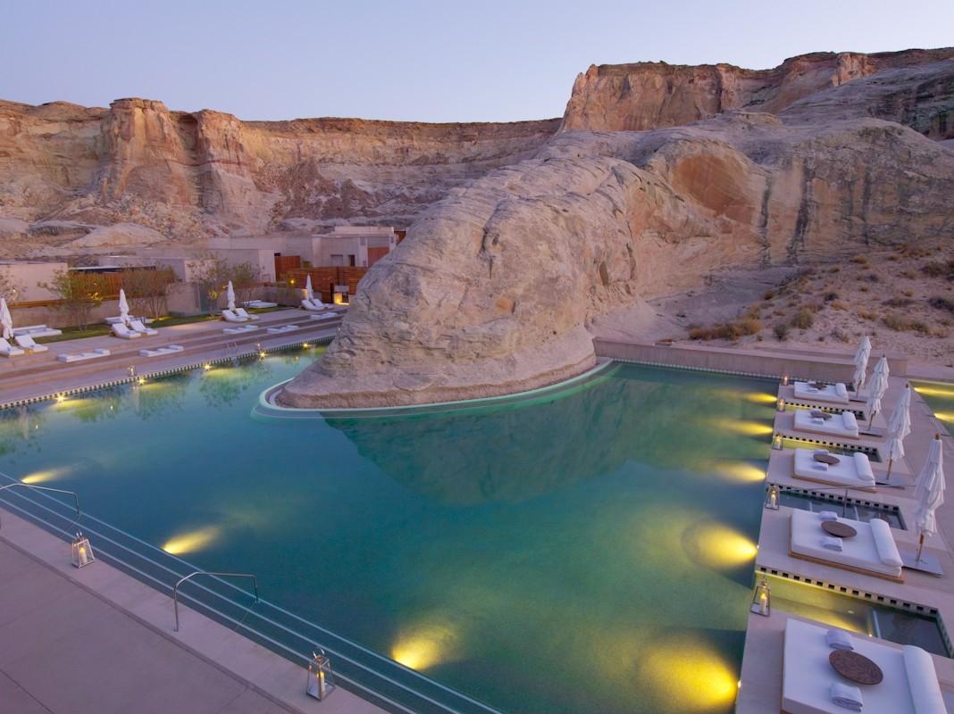 Amangiri'nin kaya kenarına inşa edilmiş yüzme havuzu