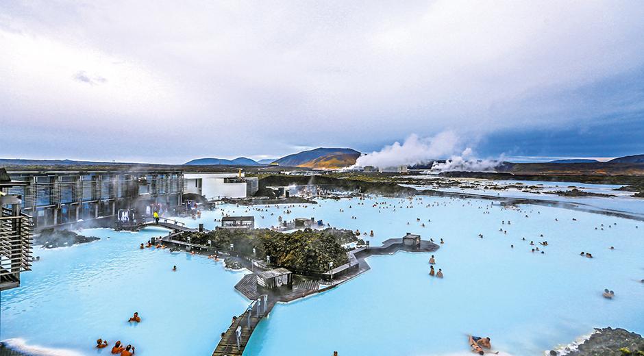 Blue Lagoon, ismini suyunun mavi renginden alan, modern ve kaliteli bir açık hava jeotermal kaplıca tesisi