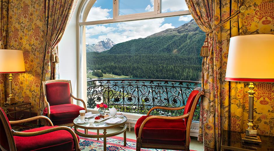 Otel lobisinden St. Moritz manzarasını izlemek keyifli